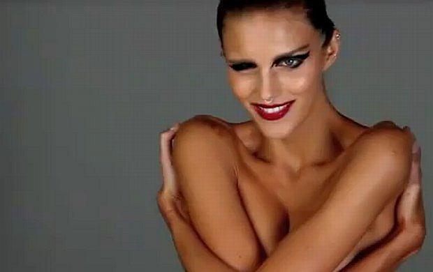 Anja Rubik pokazuje piersi!
