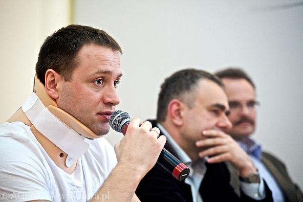 Michał Stróżyk i Tomasz Sakiewicz podczas konferencji prasowej dotyczącej wydarzeń pod Pałacem Prezydenckim