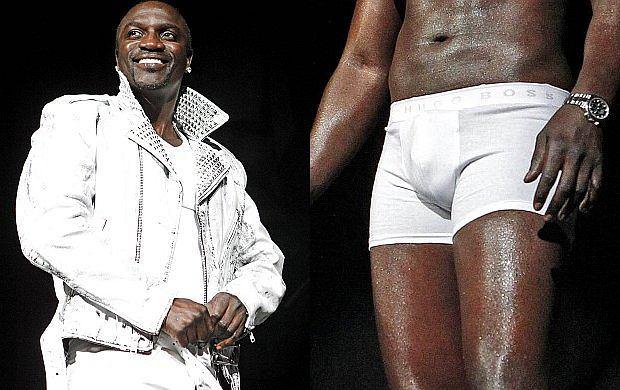 Amerykański gwiazdor postanowił pokazać wszystko! No prawie... Na jednym z koncertów Akon zaczął powolny striptiz. Najpierw kurtka, później koszulka, spodnie i w efekcie został w samych bokserkach! Damska i gejowska część publiczności na pewno była zachwycona. Zobaczcie jak to wyglądało.