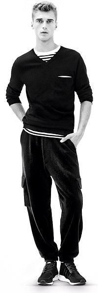 sweter, 509 zł  T-shirt, 509 zł  spodnie, 409 zł  buty, 509 zł