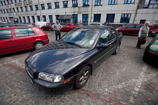Auto posła PiS Kazimierza Matusznego blokowało przejazd przez plac przed tymczasowym dworcem PKP w Katowicach