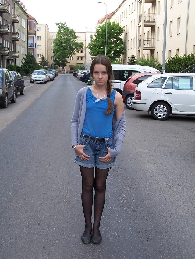 szorty - H&M, bluzka - H&M, sweterek - second-hand, rajstopy - sklep miejski, balerinki - no name, pierścionek - stradivarius, naszyjnik - DIY