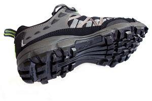 Agresywny bieżnik buta terenowego