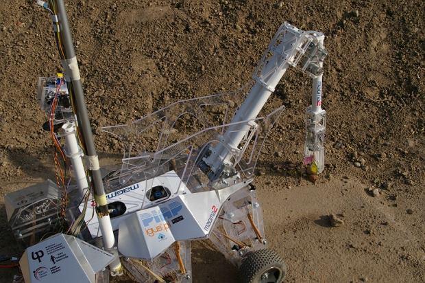 Łazik Magma 2 zbiera próbki ziemi