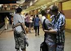 Całowali i przytulali się w metrze. W obronie gejów