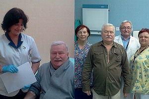 Lech Wałęsa tydzień temu trafił do gdańskiego szpitala. Prezydent źle się poczuł i w efekcie lekarze zatrzymali go w klinice na badania. Jak dziś się czuje legenda Solidarności? Poczucie humoru go nie opuszcza. Prezydent w ciągu 6 dni zrobił sobie zdjęcia niemal z całym personelem.