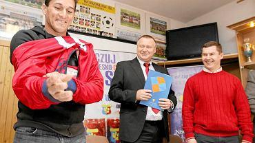 Początek 2010 roku. Działacze Odry Dariusz Kozielski (z prawej) i Ireneusz Serwotka oraz piłkarz Brasilia