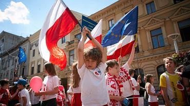 Pochód dzieci ulicą Piotrkowską w Łodzi z okazji przejęcia przez Polskę prezydencji w UE (13 czerwca 2011 r.)