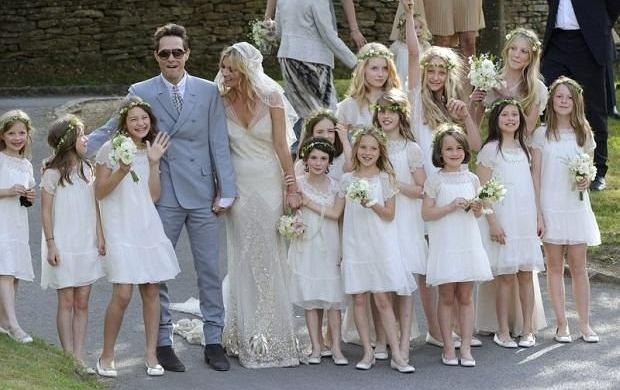 Kate Moss wyszła za mąż za wieloletniego narzeczonego, rockmana Jamiego Hince'a, który na związku z top modelką wylansował się bardziej niż na muzyce. Trzydniowe uroczystości ślubne będą kosztowały ponad 500 tysięcy funtów, a cały koszt pokryła panna młoda. Moss od kilku miesięcy pieczołowicie przygotowywała ceremonię, a jedną z jej ambicji było to, aby jej ślub odbił się głośniejszym echem w mediach niż ten, który 29 kwietnia zafundowała Brytyjczykom rodzina królewska. Myślicie, że dała radę pokonać najwyższą głowę na wyspach?