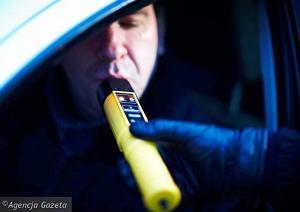 13.01.2011 LODZ ,  AKCJA POLICJI KONTROLA TRZEZWOSCI KIEROWCOW NA AL UNNI LUBELSKIEJ NOWOTESTOWANYM URZADZENIEM NAJNOWSZEJ GENERACJI ALKOBLOW  FOT. TOMASZ STANCZAK / AGENCJA GAZETA  SLOWA KLUCZOWE:  POLICJA TRZEZWOSC KIEROWCA