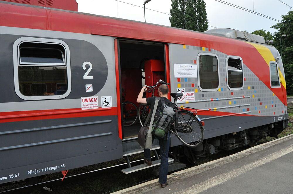 Wsiadanie do pociągu z niskiego peronu wymaga siły, wprawy a czasami nawet pomocy osoby trzeciej.