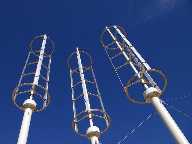 PionoweFarma wiatrowa o pionowych turbinach w okolicach Los Angeles w Kalifornii turbiny elektrowni wiatrowej