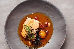 Filet rybny zbulionem na bazie szynki, czerwoną fasolą oraz salsą z natki pietruszki