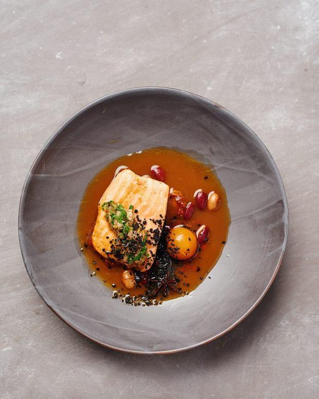 Filet rybny zbulionem na bazie szynki, czerwoną fasolą oraz salsą z natki pietuszki