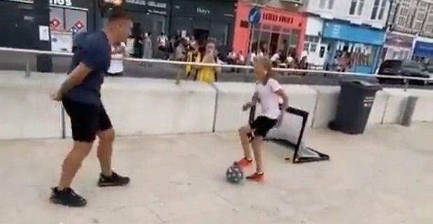 Widzom opadły szczęki! Młoda piłkarka zawstydziła dorosłego mężczyznę [WIDEO]