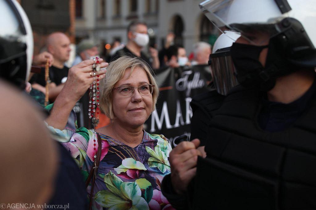 https://bi.im-g.pl/im/50/09/19/z26251600IH,Marsz-Rownosci-i-kontrmanifestacje--Grupa-osob-prz.jpg