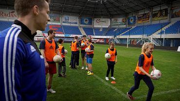 Zajęcia wychowania fizycznego z piłkarzami Piasta w gliwickiej podstawówce