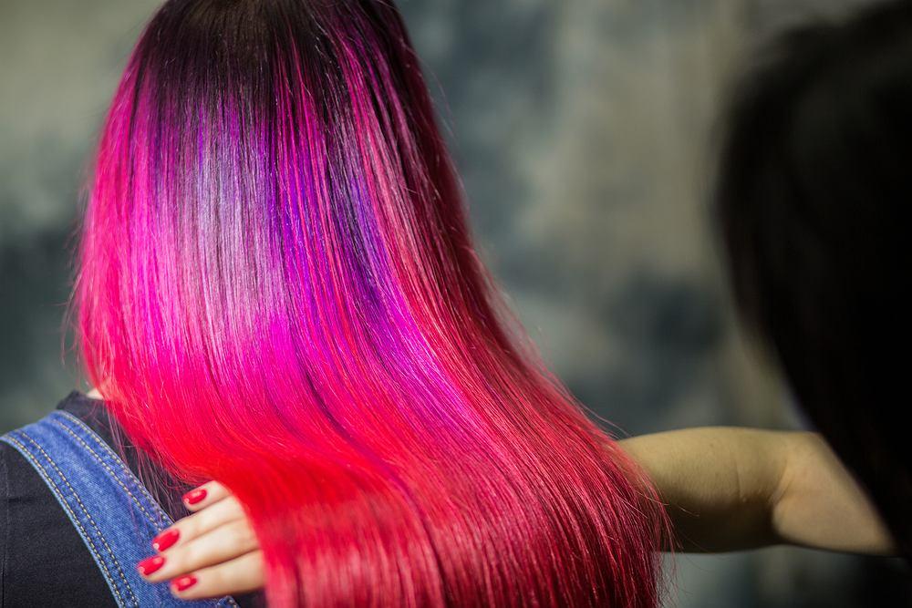Ombre hair w oryginalnym kolorze to modny, choć wymagający w pielęgnacji sposób koloryzacji włosów