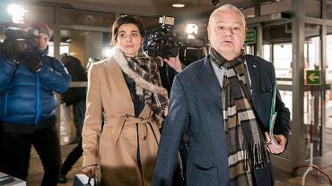 Prezes Narodowego Banku Polskiego Adam Glapiński w budynku katowickiej prokuratury, 3 stycznia 2019. Za nim mecenas Jolanta Turczynowicz-Kieryłło