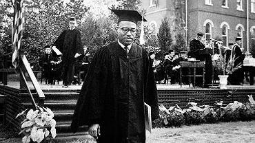 James Meredith podczas ceremonii wręczenia dyplomów Uniwersytetu Missisipi, 18 sierpnia 1963 r. Jako pierwszy czarny student ukończył tę uczelnię.