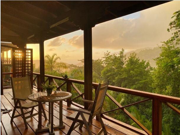 Czy to dobry pomysł układać płytki drewnopodobne na balkon i taras? Zobacz!