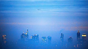 4.01.2019, Frankfurt nad Menem, samolot nad zamgloną dzielnicą bankową.