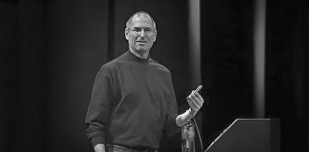 Steve Jobs prezentujący pierwszego iPhone'a