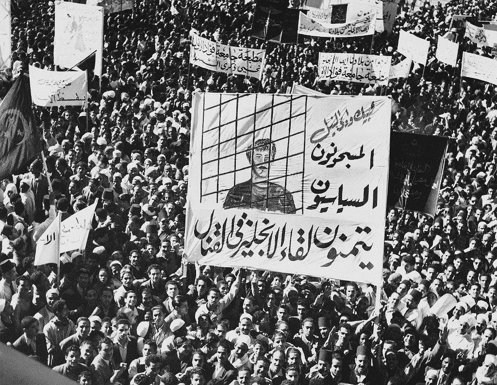 Manifestacja zwolenników Bractwa Muzułmańskiego, 14 listopada 1951 r. na ulice Kairu wyszły tysiące ludzi. Dwadzieścia lat później do Bractwa Muzułmańskiego w Arabii Saudyjskiej wstąpił 14-letni Osama ben Laden, późniejszy lider Al-Kaidy