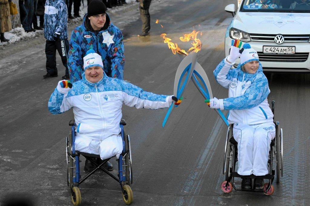 Znicz olimpijski w rękach paraolimpijczyków