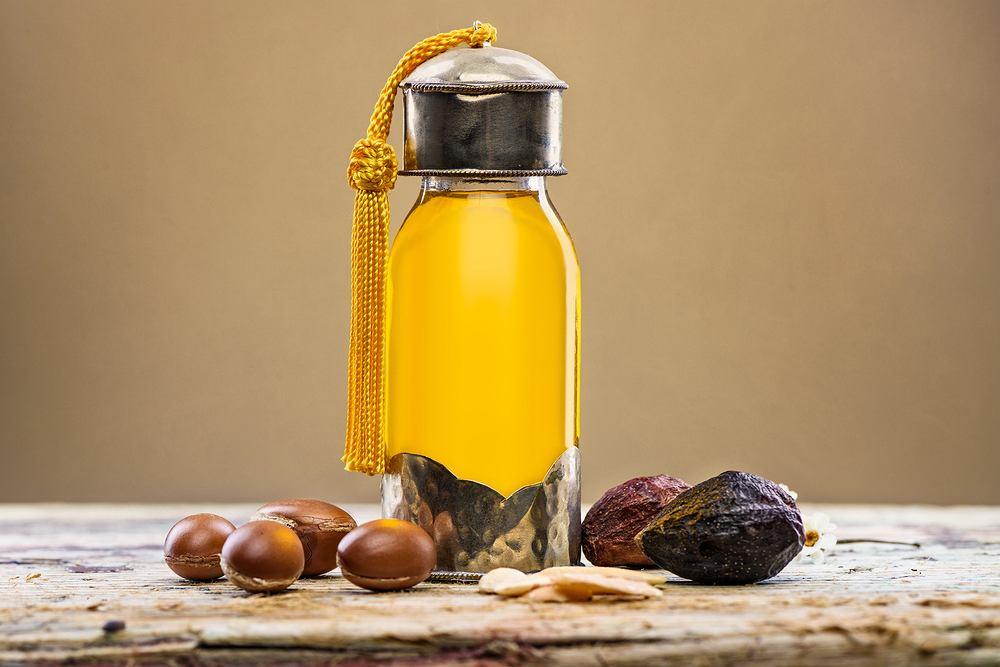 Olejek arganowy jest używany do pielęgnacji włosów, skóry i paznokci. Zdjęcie ilustracyjne