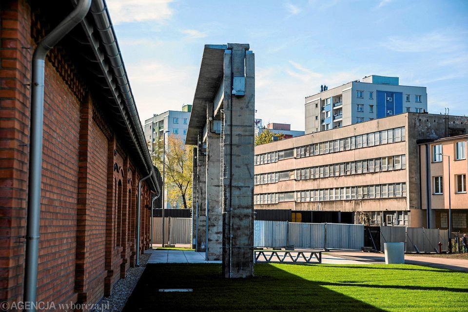 Fabryka Pełna Życia w Dąbrowie Górniczej: po lewej biurowiec przed wyburzeniem