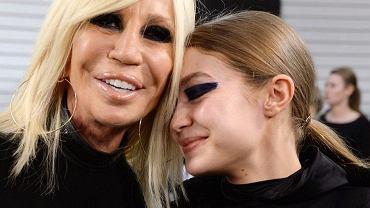 Donatella Versace przed operacjami. Na starych zdjęciach trudno ją rozpoznać