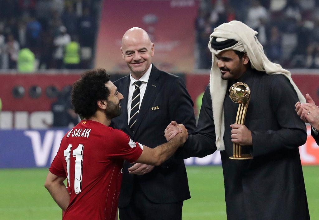 Prezydent FIFA Gianni Infantino (w środku), szejk Joaan ibn Hamad ibn Chalifa Al Sani oraz Mohamed Salah z Liverpoolu po finale klubowych mistrzostw świata w Dausze na Khalifa International Stadium, 21 grudnia 2019.