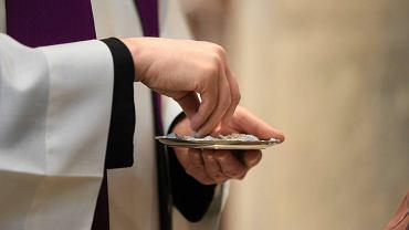 'Prochem jesteś i w proch się obrócisz' - mówili księża, posypując głowy popiołem. Gest zaczyna przygotowania do Wielkanocy. Zostało do niej 40 dni, nie licząc niedziel, bo tyle trwa Wielki Post. Rytuał posypywania głów popiołem został wprowadzony do liturgii Kościoła ok. IV wieku. Do dziś jest znakiem pokuty i żalu za grzechy.