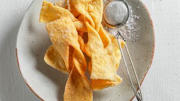 Wszystko wskazuje na to, że te karnawałowe ciasteczka w kształcie kokardki są nazywane 'chrustem' lub 'chruścikami' właśnie przez ich kruchość i chrupkość