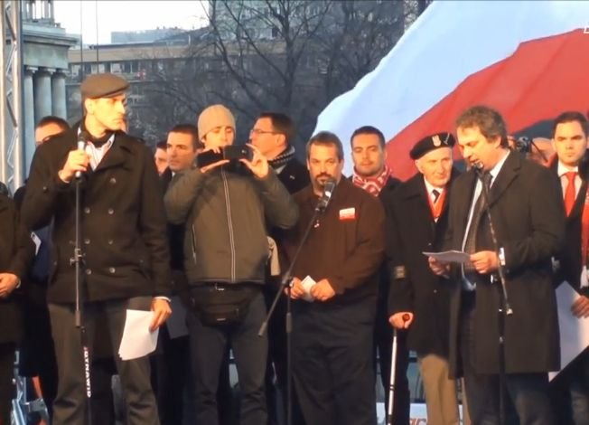 Przemówienia przed Marszem Niepodległości. Mówi Roberto Fiore, szef włoskiej Nowej Siły (z prawej)