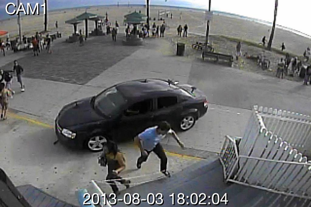 Kamera monitoringu uchwyciła moment, kiedy kierowca zjechał z ulicy na chodnik