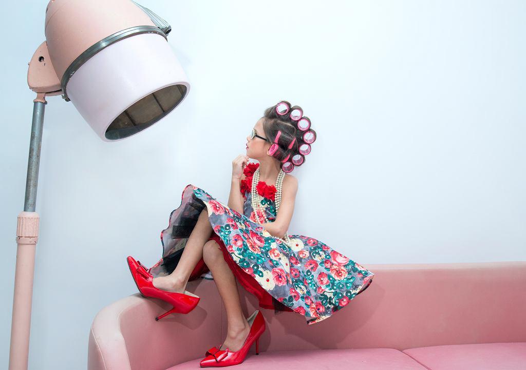 Fryzury dla dziewczynek bywają bardzo wymyślne. Zdjęcie ilustracyjne, chomplearn/shutterstock.com