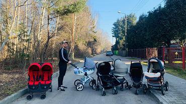 Łukasz Litewka z wózkami, które przekaże potrzebującym rodzinom