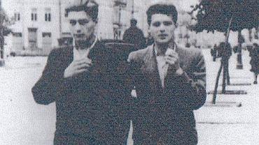 Na zdjęciu z 1943 r. Kazimierz Sheybal (1920-2003) na warszawskiej ulicy razem z Jerzym Zaufallem 'Oliwą' (idzie po prawej). Byli przyjaciółmi, razem służyli w oddziale 'Osjan'. Zaufall zginął tuż przed wybuchem Powstania - 19 lipca 1944 r. podczas akcji 'Pawiak', której celem było uwolnienie więźniów z gestapowskiej katowni.