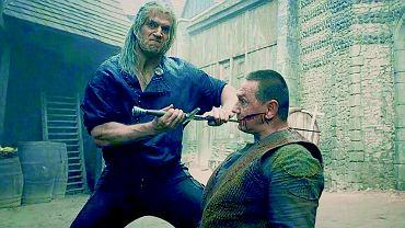 Wiedźmin (Henry Cavill) zabija Vyra (Tomka Krzemienieckiego).