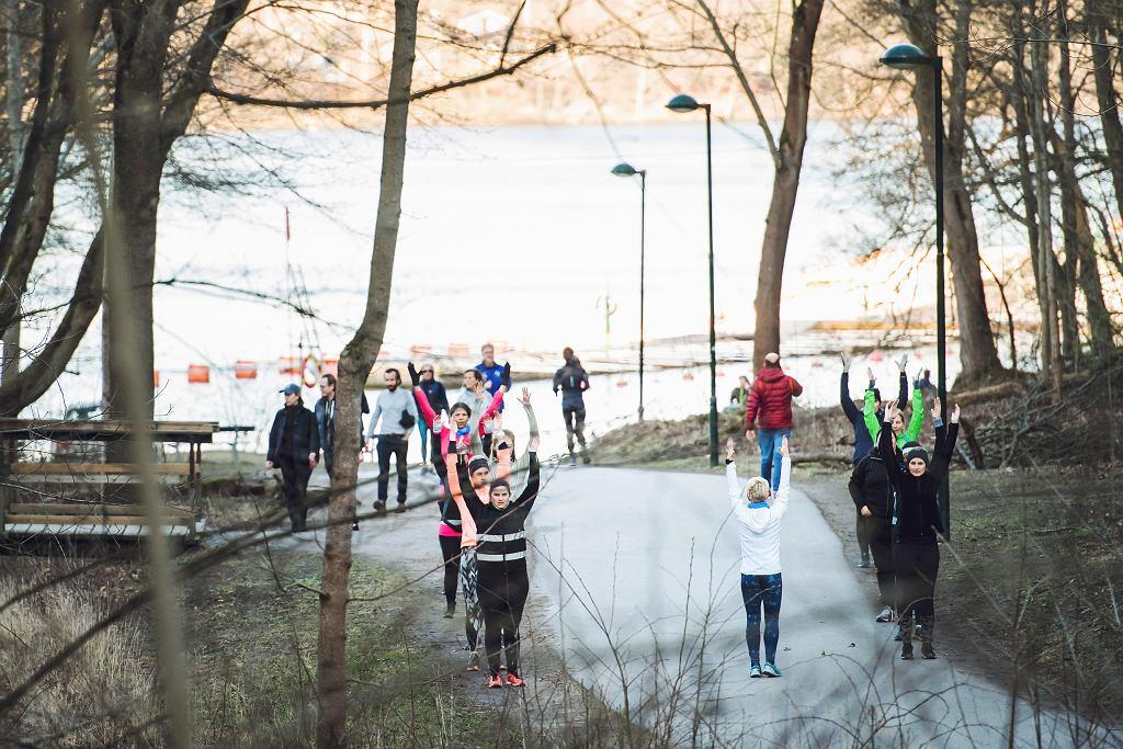 Pandemia koronawirusa. Grupowe ćwiczenia jogi na świeżym powietrzu. Sztokholm, Szwecja, 6 kwietnia 2020