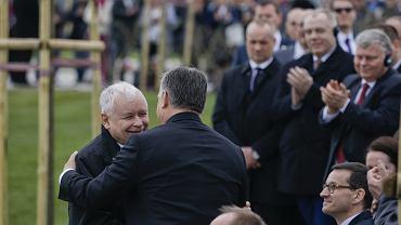Jarosław Kaczyński i Viktor Orban podczas odsłonięcia pomnika smoleńskiego w Budapeszcie, 6.04.2018
