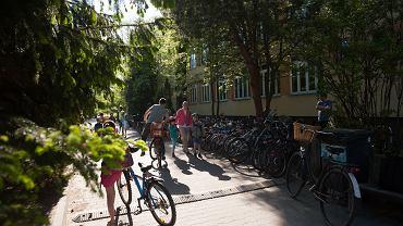 'Rowerowy maj' w szkołach i przedszkolach w województwie śląskim.  w ciągu miesiąca 3,2 tys. będzińskich uczniów i przedszkolaków przyjechało na zajęcia rowerem, na hulajnodze, na rolkach lub wrotkach 74 tys. razy!