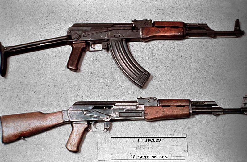 Karabin AK-47 (na dole) -