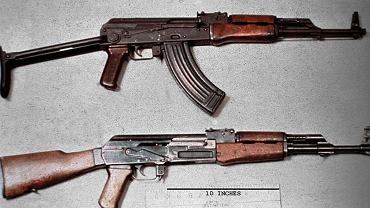 """Karabin AK-47 (na dole) - """"kałasznikow"""""""