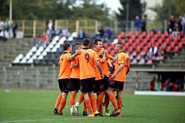 Piłkarze Hutnika Warszawa cieszą się ze strzelenia bramki
