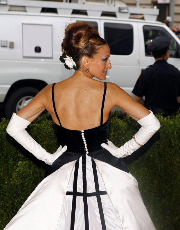 """Actress Sarah Jessica Parker arrives at the Metropolitan Museum of Art Costume Institute Gala Benefit celebrating the opening of """"Charles James: Beyond Fashion"""" in Upper Manhattan, New York May 5, 2014.  REUTERS/Carlo Allegri (UNITED STATES  - Tags: ENTERTAINMENT FASHION)"""