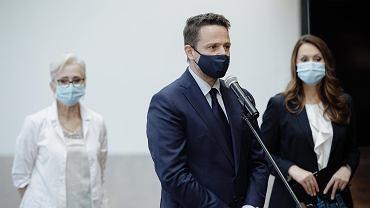 Prezydent Rafał Trzaskowski, wiceprezydent Renata Kaznowska i pielęgniarka Elżbieta Skiwra podczas konferencji na temat miejskich punktów szczepień