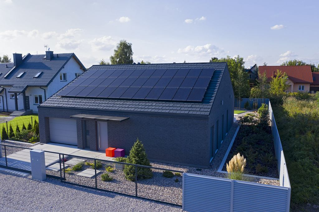 Panele na dachu domu to coraz częstszy widok